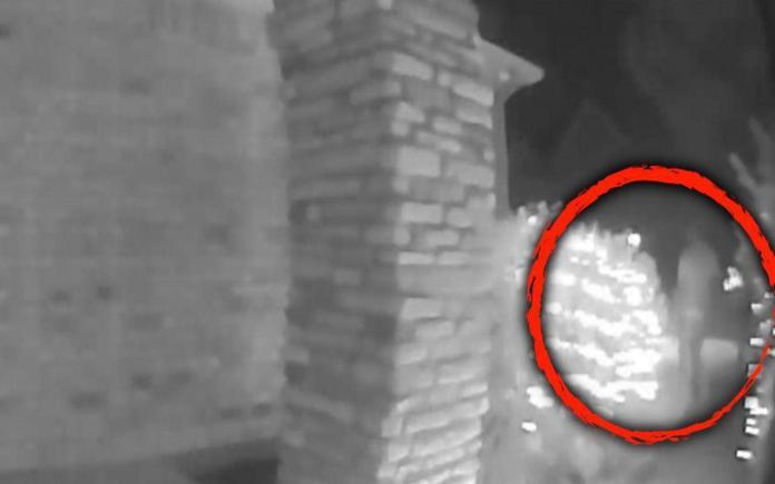 ▲德州 1 名男子在監視器鏡頭前突然消失的短片,在當地引起討論。(圖/翻攝自 Inside Edition )