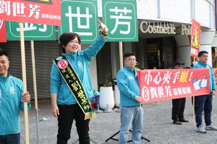 劉世芳攜<b>高市議員</b>站路口 高舉「提醒道具」迎戰對手