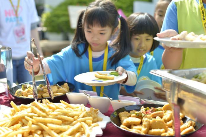 <br> ▲唯賀國際餐飲集團舉辦「一路向愛.與您童在」公益野餐活動,學童享受輕鬆自在豐盛義大利麵美食。(圖/記者陳雅芳攝,2020.01.07)