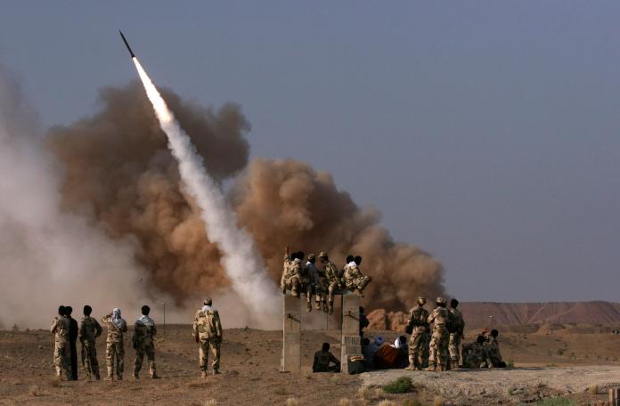 ▲伊朗8日凌晨對駐伊拉克美軍兩座基地發射的10餘枚短程彈道飛彈。(圖/達志影像/美聯社)