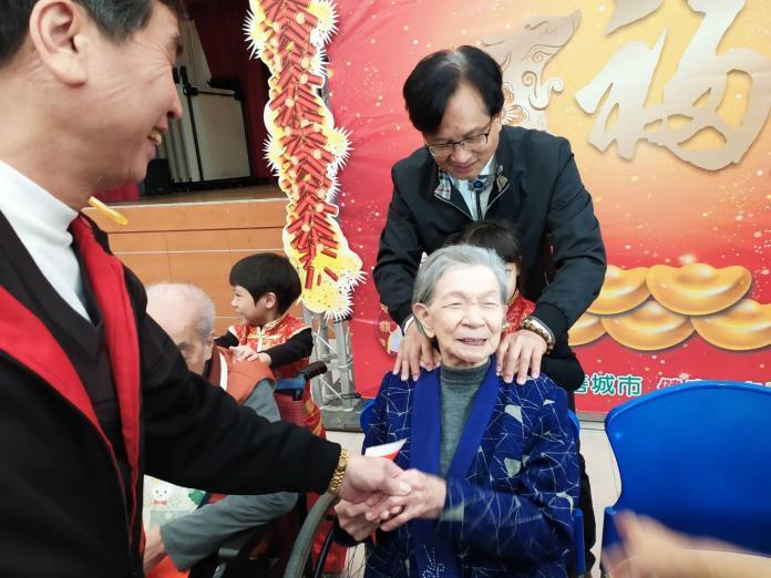 <br> ▲彰化市長林世賢與幼兒園小朋友一起為長者們按摩,讓老人家樂開懷。(圖/記者葉靜美攝,2020.01.08)