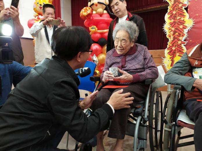 <br> ▲林世賢逐一向現場6位長者奉茶並致贈紅包,祝福他們健康、長壽。(圖/記者葉靜美攝,2020.01.08)