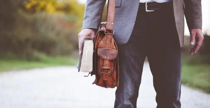 ▲有位27歲男網友分享年薪突破百萬的生活狀況,更無奈表示自己「完全被工作牽制了」。(示意圖/取自《pixabay》)