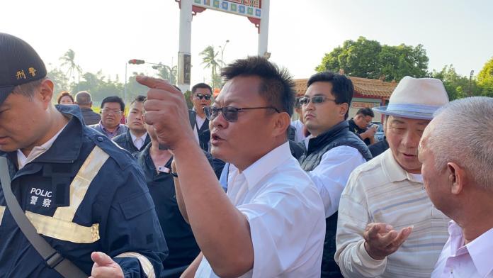 台南市突然無法燒庫錢,喪家與殯葬業者紛紛跳腳,8日殯葬業者集結在台南殯葬管理所抗議,場面相當火爆