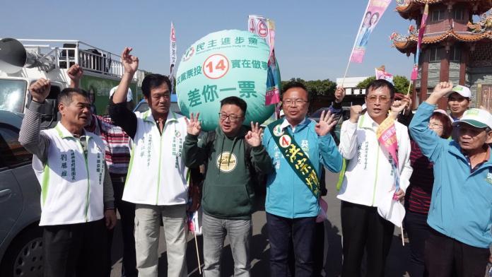 <br> ▲特地背上氣球的羅文嘉也強調,政黨票是另一個選戰的關鍵,呼籲大家支持政黨票編號第4號的民進黨。(圖/記者陳雅芳攝,2020.01.08)