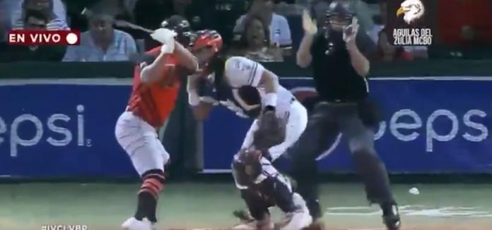 棒球/太暴力!委國打者挨<b>觸身球</b> 卻拿球棒狂打捕手洩憤