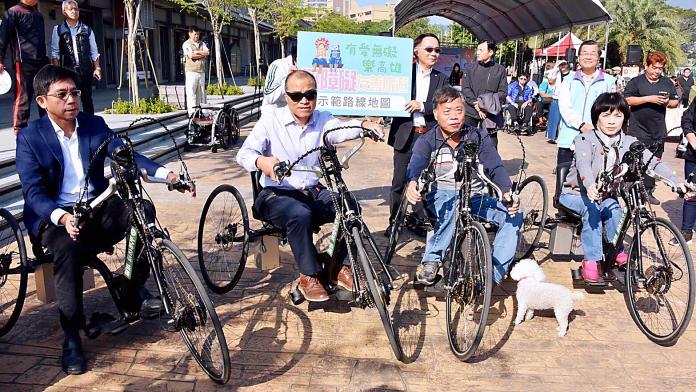 ▲副市長葉匡時親身試乘供輪椅族使用的手搖車。(圖/高市觀光局提供)