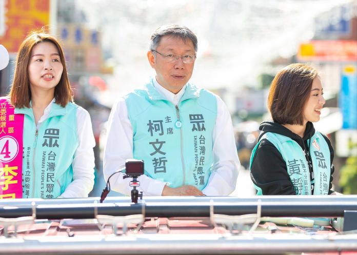 身兼台灣民眾黨主席的台北市長柯文哲,為黨籍三重立委候選人李旻蔚進行車隊掃街。