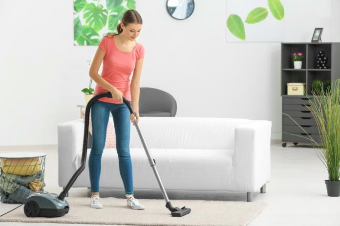 <br> ▲有研究指出,在密閉空間中使用掃地機器人 10 分鐘,室內空汙濃度將暴增 6 倍,專家建議使用完至少等 90 分鐘再進入室內。(圖/shutterstock)