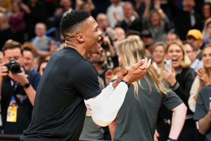 NBA/威少休兵在場邊畫戰術 巫師主帥吐槽:不會聽他的