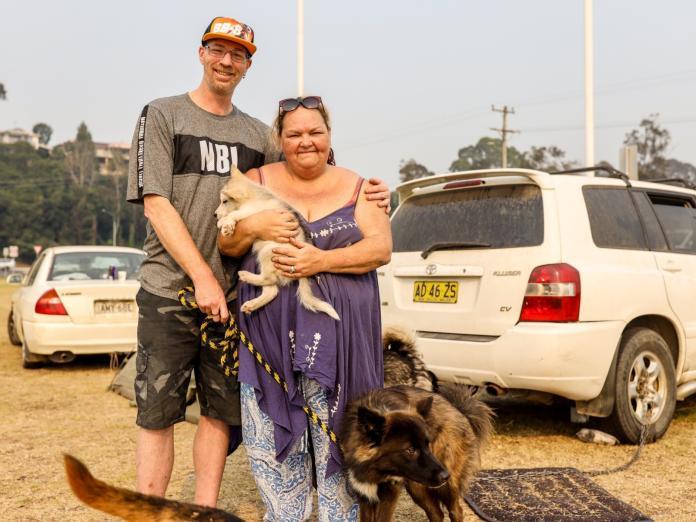 格倫擁有許多大狗狗,雖然不知道未來會如何,危急之際仍一併救出牠們,其他財產都付之一炬。(圖/ABC News)