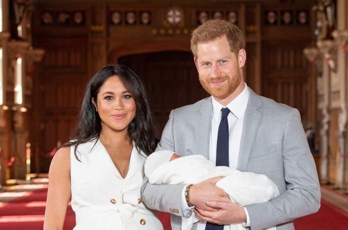 ▲哈利與梅根兩人於 2019 年迎來兒子阿奇( Archie )。(圖/翻攝自網路 plotek.pl )