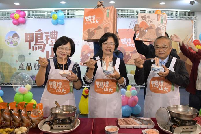 <br> ▲彰化縣長王惠美推薦線西鄉農會研的「黃金番薯養生麵線」。(圖/記者陳雅芳攝,2020.01.10)