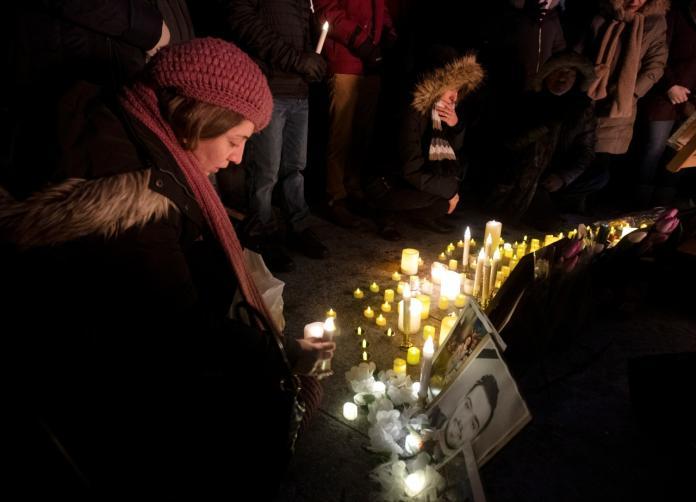▲荷蘭總理呂特指出,他們國家情報機關掌握情資,顯示烏克蘭航空公司班機可能是遭一枚飛彈擊落。圖為民眾哀悼在墜機事件中死去的加國民眾。(圖/美聯社/達志影像)