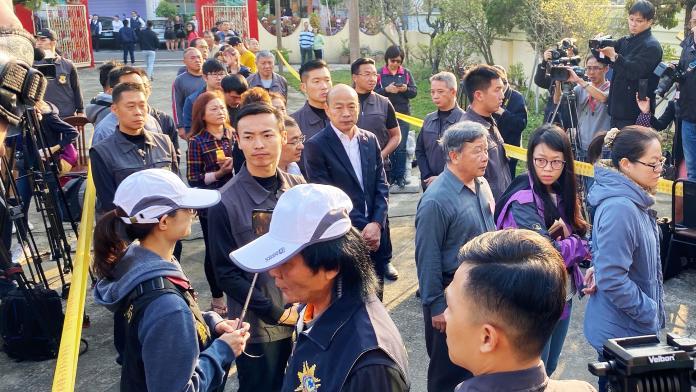 <br> ▲國民黨總統候選人韓國瑜與民眾一起排隊投票。(圖/記者張文晃攝,2020.01.11)