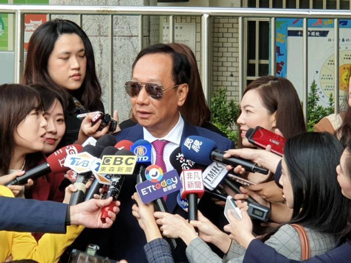 郭台銘<b>曾馨瑩</b>甜蜜牽手投票 笑說開票要不要出門就看票數