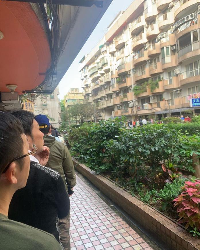 ▲小鐘被投票所的人排隊人龍嚇到。(圖/臉書)