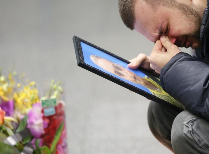 ▲伊朗 11 日改口承認誤擊烏克蘭班機,造成 176 人無辜枉死。圖為傷心的受害者家屬。(圖/美聯社/達志影像)