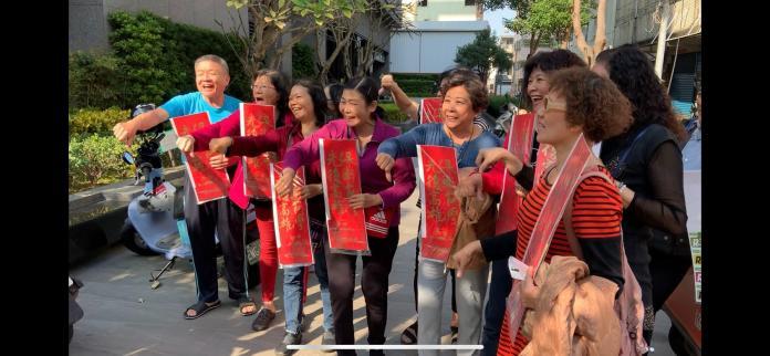 民眾買到罷韓春聯,開心比倒讚,嗆要讓韓國瑜下台。 (圖/記者吳承翰攝)