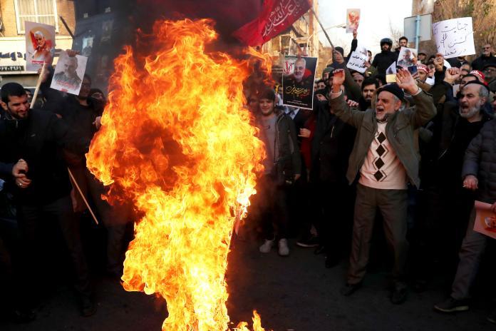 ▲伊朗政府誤擊烏航客機導致 176 死的烏龍,連自家人都看不下去,上街抗議當局意圖說謊,還有人高舉日前剛被美方擊殺的將領蘇萊曼尼照片。(圖/美聯社/達志影像)