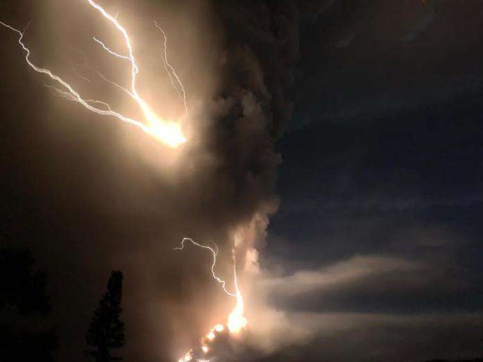▲菲律賓呂宋島八打雁省的塔阿爾火山,於 12 日下午噴發,冒出大量火山灰,伴隨閃電,十分駭人。(圖/美聯社/達志影像)