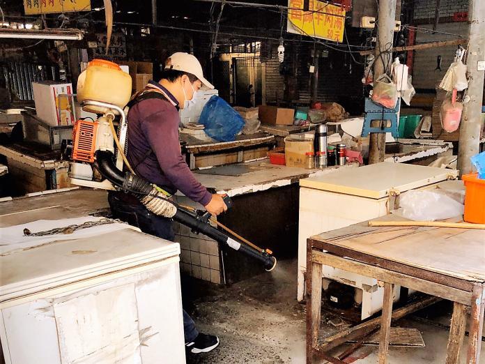 ▲市府防疫團隊於個案採買的市場全面進行漂白水環境消毒、滅鼠等工作。(圖/高市衛生局提供)