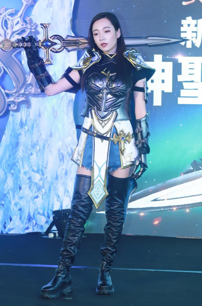 ▲Julia吳卓源受邀擔任《天堂 M》形象代言人,出席新職業「神聖劍士」上線記者會,現場她也cosplay化身「神聖劍士」展現女力。(圖/記者葉政勳攝 , 2020.01.14)