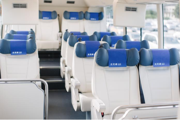 內裝以白色為主體,座椅採用白色PU材質,電視音響等等也都以淺色皮料包覆,展現顏色、材質的一致性。(圖/經濟部提供)