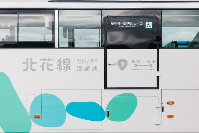 八顆藍綠色漸層鵝鑾石象徵著蘇花改貫穿的八個隧道(圖/經濟部提供)