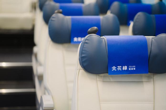 依人體工學設計的寬敞座椅和藍色鵝卵石造型的可調式車椅枕,讓長途車程不再成為乘客的夢魘。(圖/經濟部提供)