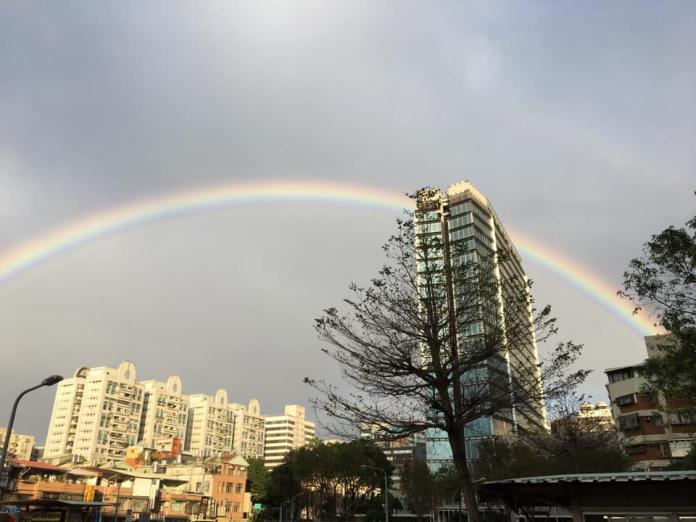 台北天空出現「超大<b>彩虹</b>」!上萬人拍照洗版臉書:美翻了