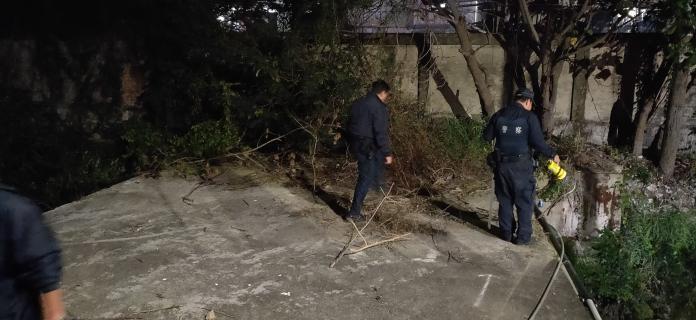 <br> ▲案發後,警方在廠區後方搜索。(圖/記者陳聖璋翻攝)