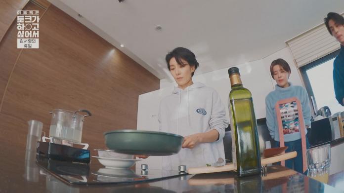 0116 金瑞亨(左)在《李棟旭脫口秀》挑戰下廚。(圖:friDay影音提供)