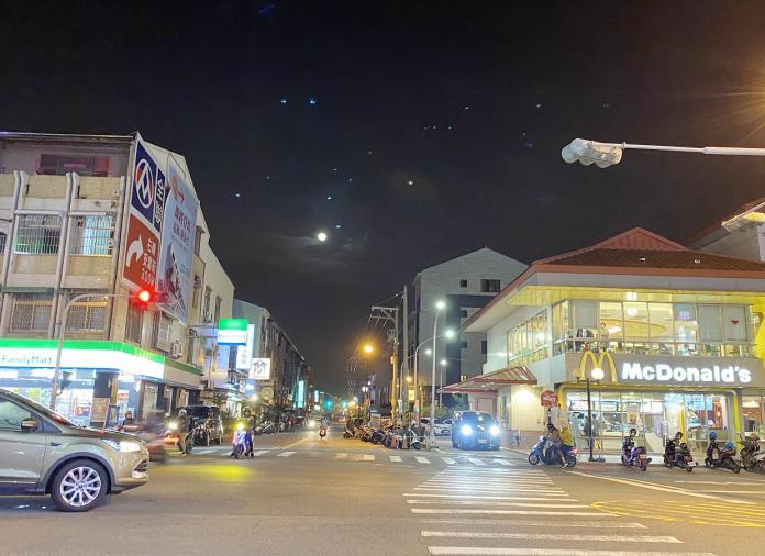 ▲台南安南區海佃路一段群聚連鎖商家。(圖/信義房屋提供)