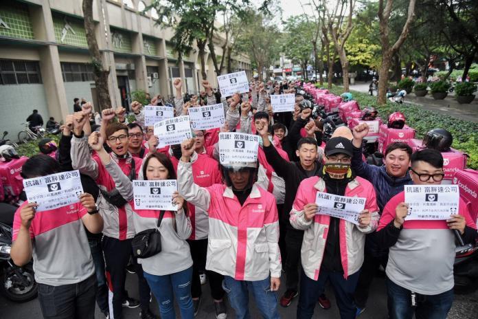 ▲上百位外送員今(16)日於板橋控訴foodpanda變相減薪。(圖/記者陳明安攝)