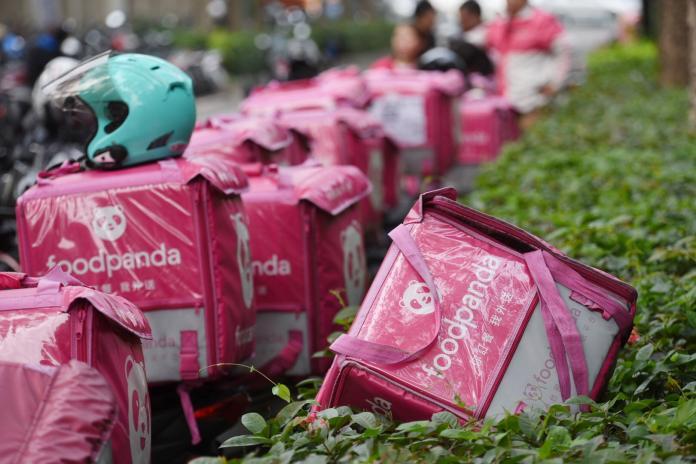 ▲今(16)日位於板橋體育館的foodpanda外送員罷工現場上,外送機車整齊停列成一排「粉紅熊貓」海。(圖/記者陳明安攝)
