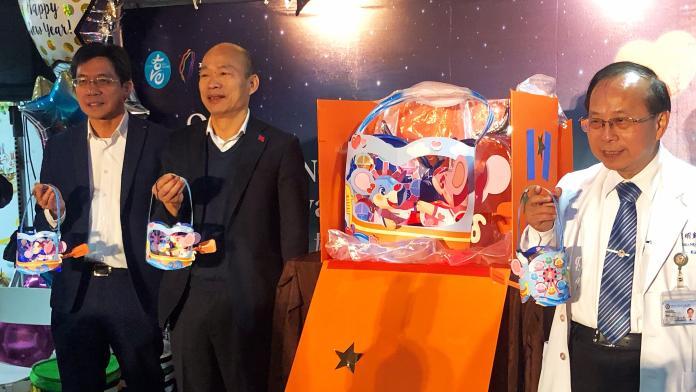「鼠一鼠二」小提燈亮相 韓國瑜探視病童送驚喜