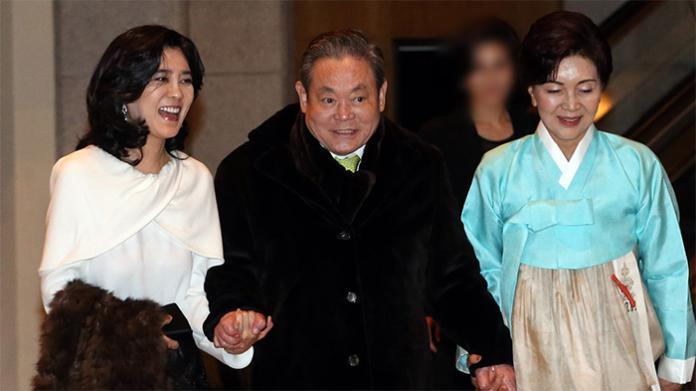 ▲李富真(最左)和父母(右)。(圖/翻攝自韓國媒體)