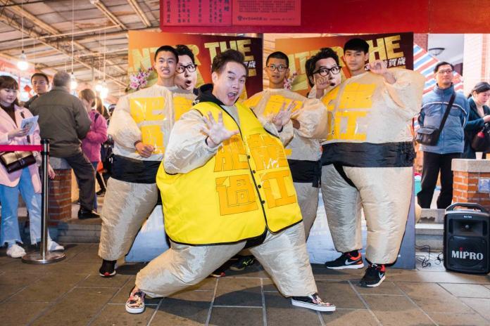 康康變肥150公斤 現身街頭「耍雙截棍」