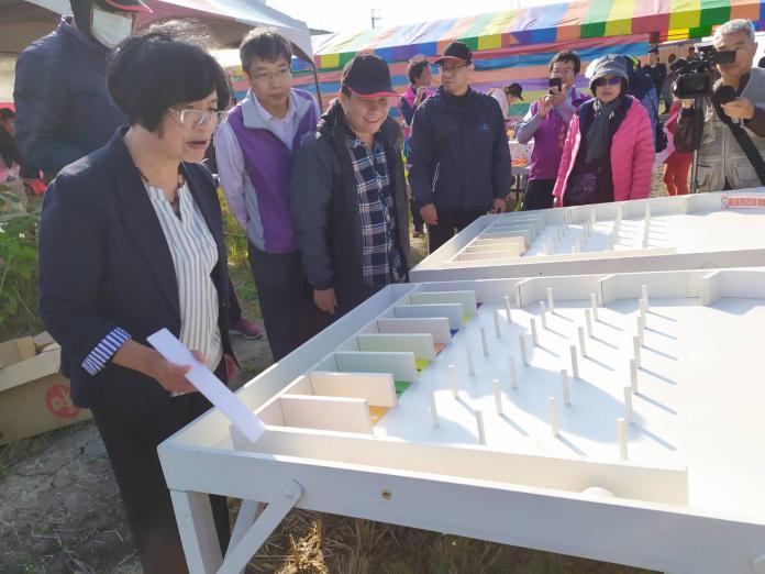 <br> ▲王惠美玩起彈珠檯,直說要打到香腸才要走。(圖/記者葉靜美攝,2020.01.18)