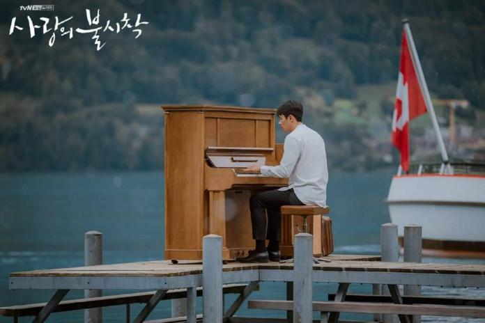 <br> ▲韓國男神玄彬化身「鋼琴王子」,在瑞士湖邊專心談著鋼琴,畫面唯美有如一幅風景畫。(圖/翻攝網路)