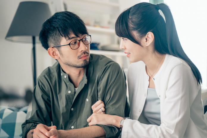 ▲飾演小說家的彭毓(右)以自己的外遇性事創作出暢銷言情小說。(圖/GagaOOLala)