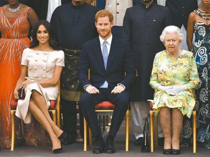 ▲梅根公爵夫人(左)、哈利王子(中)和英國女王(右)。(圖/美聯社/達志影像)