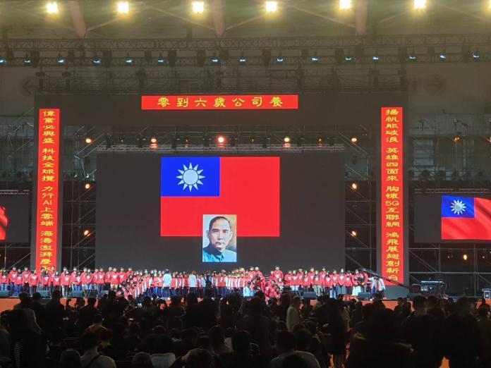 鴻海嘉年華高掛國旗 郭台銘親寫<b>春聯</b>「零到六歲公司養」