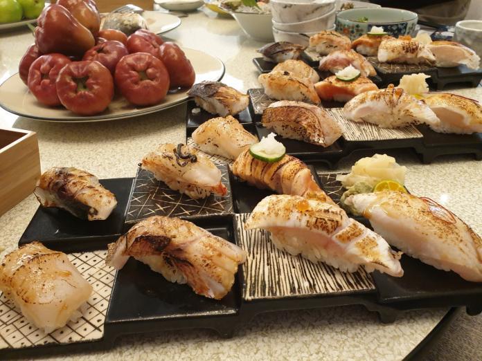 <br> ▲炙燒握夀司是羽笠人氣美食,鮮甜海鮮搭著醋飯吃,讓人欲罷不能。(圖/金武鳳攝,2020.1.22)