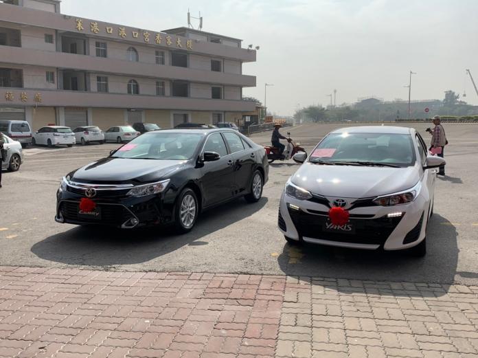 東石鄉港口宮在109年春節期間,即將送出的兩部合計價值近150萬元的全新轎車。