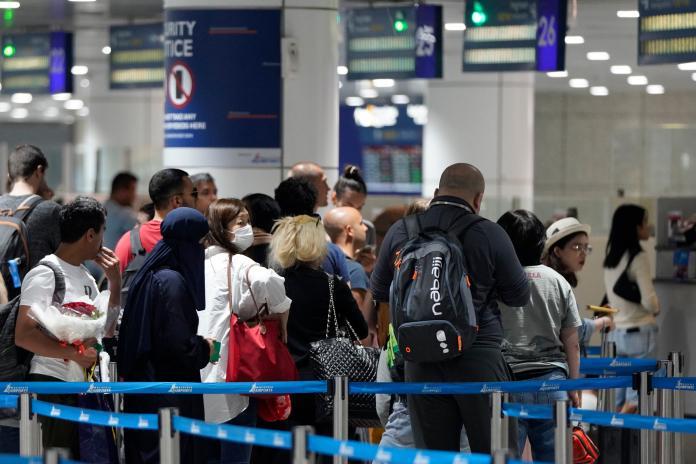 ▲馬來西亞25日通報境內首批2019新型冠狀病毒(2019-nCoV,武漢肺炎)確診病例,有3人罹病。圖為吉隆坡國際機場入境處。(圖/美聯社/達志影像)
