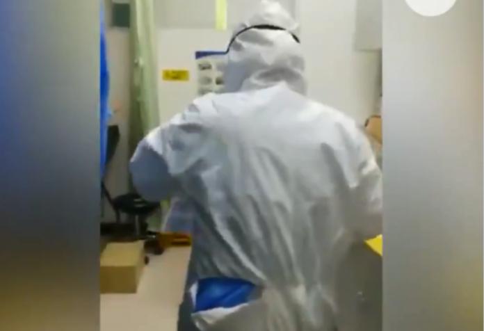 ▲近日有外媒在推特上貼出 1 段據稱是武漢醫護人員拍攝的影片,指控當地政府單位發放的醫療物資品質過差。(圖/擷取自推特影片)