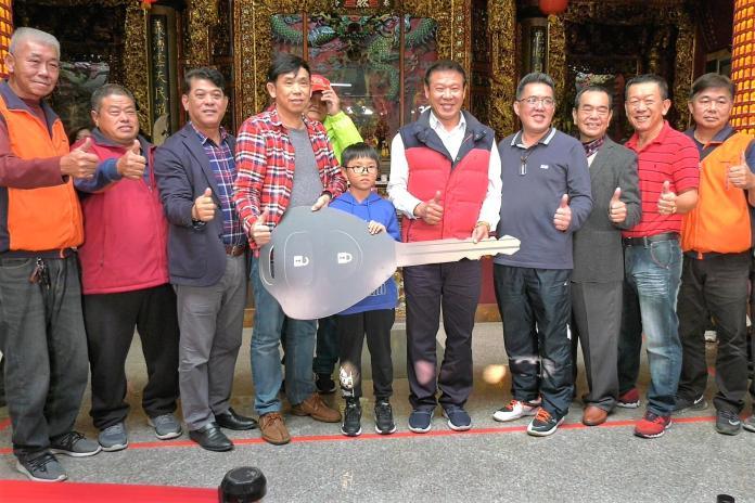 金湖鎮<b>忠義廟</b>擲聖筊比賽 小學生奪得54萬元轎車