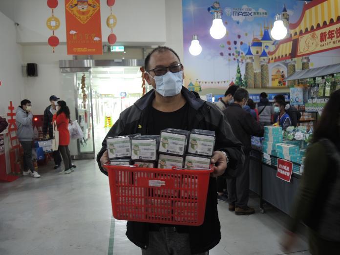 <br> ▲中國疫情嚴重,民眾排隊等著搶買口罩。(圖/記者陳雅芳攝,2020.01.28)